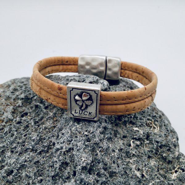 """Naturfarbenes """"Lucky"""" Armband auf grauem Vulkanstein"""